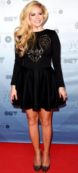 Foto de Avril Lavigne con vestido negro