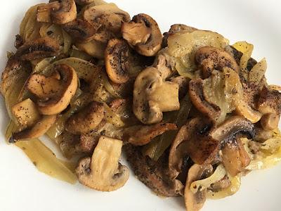 Mięso pieczone z pieczarkami i cebulą