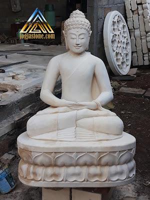 Patung budha dibuat dari batu alam paras jogja atau batu putih