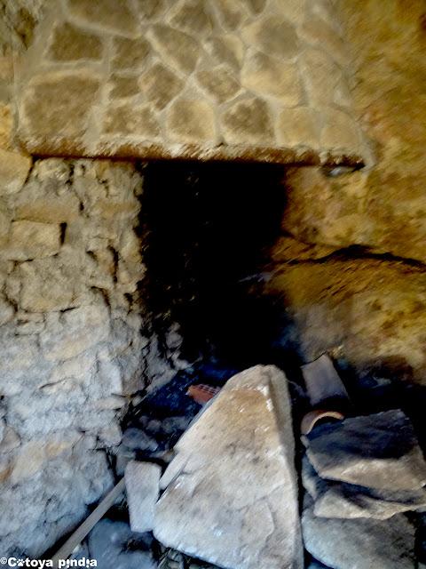 Chimenea en el Chozo del Barquillo en la Sierra de Gredos.