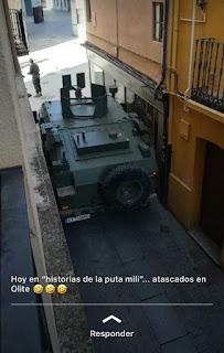 Hummer militar atascado en calle estrecha