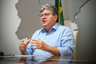 João Azevêdo anuncia pagamento da primeira parcela do 13º salário dos servidores