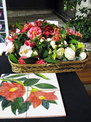 azulejos com camílias pintadas e vaso de camélias