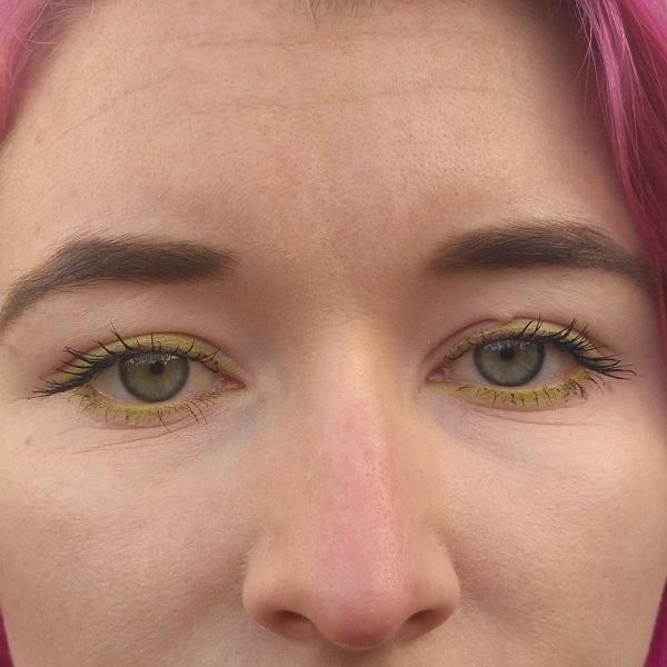 essence maximum definition volume mascara aufgetragen