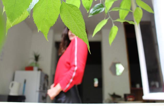 Ootd d'un look faussement streetwear avec tee shirt à manches longues rouges Stradivarius et jupe simili-cuir Zara.