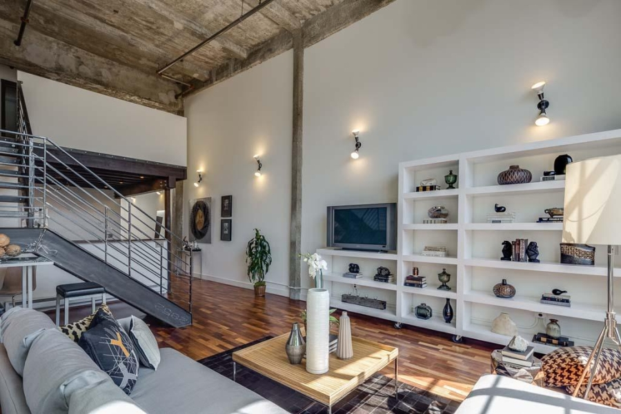 Piękny loft w sercu San Francisco, wystrój wnętrz, wnętrza, urządzanie mieszkania, dom, home decor, dekoracje, aranżacje, salon, living room, szarości, grey, szary, biel, white