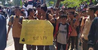 Kemaren Pelajar STM, Kini Pelajar SMP Ikut Demo Teriak Revolusi