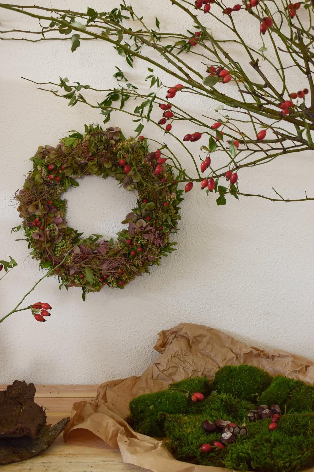 Herbstkranz. Dekoidee für den Herbst mit Hagebutten. Herbstdeko natürlich dekorieren. Hortensienkranz. Deko Moosdeko