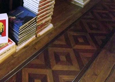 trilho para carrinho de mão no piso da Livraria Lello