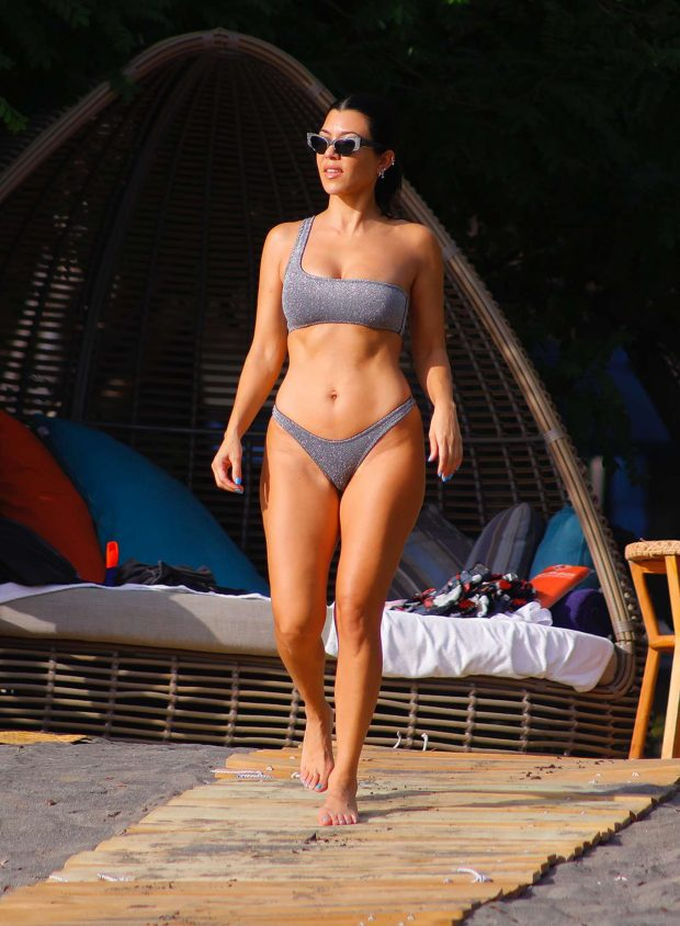 Kourtney Kardashian Sexy Photos in Bikini