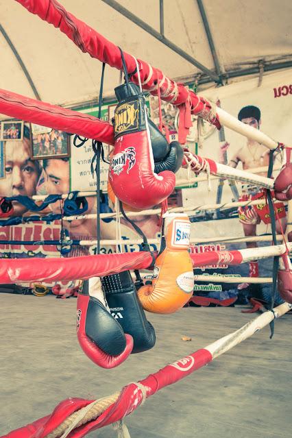 Перчатки на тренировочном ринге Муай Тай в Бангкоке. В боевом спорте используется стендап-ударная техника клинчинга и известен как искусство восьми конечностей