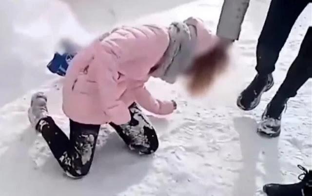 Семь подростков поставили школьницу на колени избивали и издевались над ней — все это они сняли на видео
