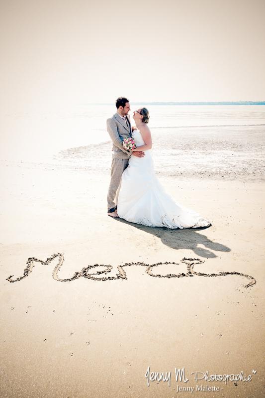 portrait mariés sur la plage, idée carte de remerciements mariage
