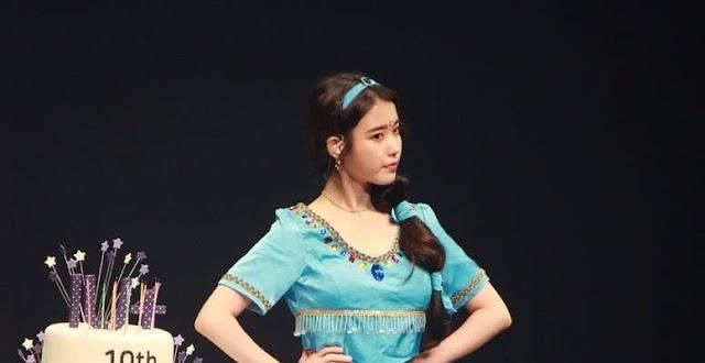 IU celebra una reunión de fans para adolescentes con un código de vestimenta con personajes de películas