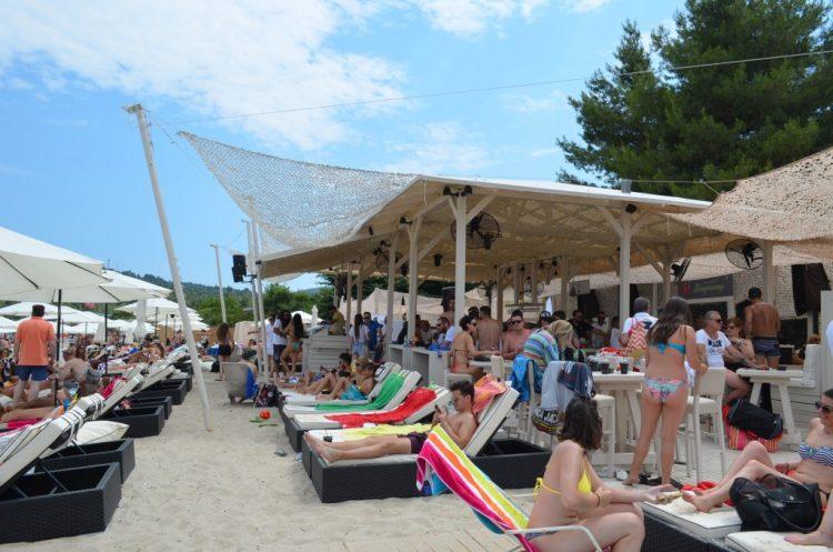 Καταγγελία δύο γυναικών για ομοφοβική επίθεση σε γνωστό beach bar της Χαλκιδικής