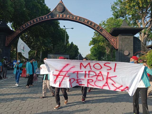 Gelar Aksi Demo, Ratusan Mahasiswa UNS Nyatakan Mosi Tak Percaya pada Pemerintah