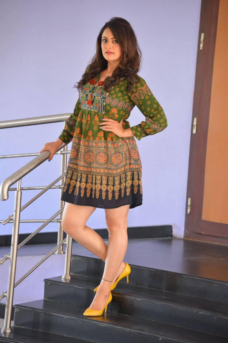 South Indian Actress Shruthi Sodhi legs Thigh Show Hot Stills In Mini Green Dress