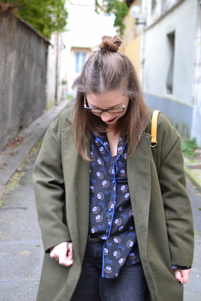 manteau kaki Sheinside, chemise oeil princesse tam tam, jean noir Mango, sac jaune Zara