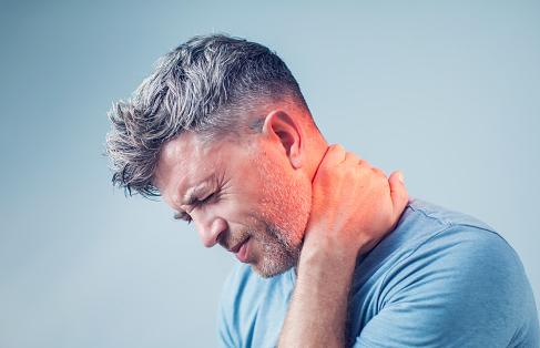 """Penyakit Cervical Spondyloarthrosis Pada Kasus Muskuloskeletal  Definisi Cervical Spondyloarthrosis   Lestari (2009) menyebutkan cervical spondyloarthrosis adalah suatu kondisi yang terdapat perubahan degenerasi pada sendir intervertebral diantara badan tulang belakang dan diskus yang menghasilkan perubahan degeneratif pada sendi sinovial dan oleh sebab itu, dapat terjadi pertumbuhan tulang yang berlebihan (osteofit) pada persendian tulang belakang. Cervical spondyloarthrosis merupakan suatu kondisi proses degenerasi pada diskus intervertebralis dan jaringan pengikat persendian antara ruas-ruas tulang belakang (Fitri, 2010).  Etiologi Cervical Spondyloarthrosis  Pada cervical spondyloarthrosis terjadi perubahan diskus intervertebralis, pembentukan osteofit paravertevral dan facet joint serta perubahan arcus laminalis posterior akibat dari adanya degenarasi pada diskus dimana kandungan air dan matriks di diskus menurun sehingga kelenturan dan daya shock absorber-nya menurun.  Faktor Risiko Cervical Spondyloarthrosis  Usia Karena faktor degenerasi (karena bertambahnya usia) yang menyebabkan terjadinya kemunduran fungsi dan fisiologi dari jaringan pembentuk sendi. Kongenital Faktor bawaan (kongenital, yaitu progresive abnormal curvatures atau skoliosis). Postur Tubuh Yang Salah Postur tubuh yang salah, seperti kurva leher hiperlordosis dan kurva torakal hiperkifosis, sering melakukan auto manipulation (yaitu memutar kepala ke kiri dan kenana dengan cepat sehingga menimbulkan bunyi """"klik""""), dan dapat juga dikeranakan stres.  Manifestasi Klinis Cervical Spondyloarthrosis  Nyeri pada bagian belakang leher Kaku leher pada pagi hari dan semakin bertambah saat beraktivitas Parestesia menjalar dari leher ke jari-jari tangan Keterbatasan gerak sendi pada daerah leher  Nah itu dia bahasan dari penyakit cervical spondyloarthrosis pada kasus muskuloskeletal. Dari bahasan di atas bisa diketahui mengenai definisi, etiologi, faktor risiko, dan manifestasi klinis dari kondisi ini. Mu"""