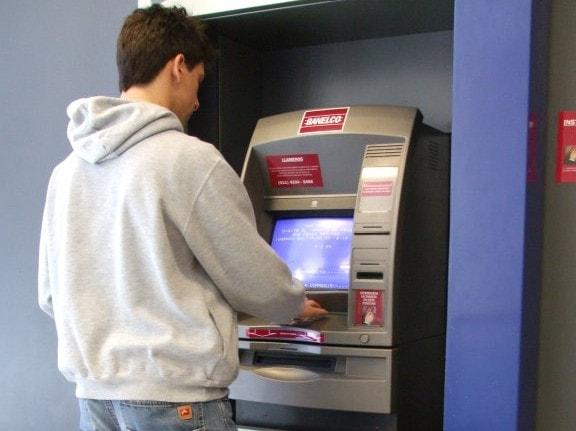 Homem retirando empréstimo