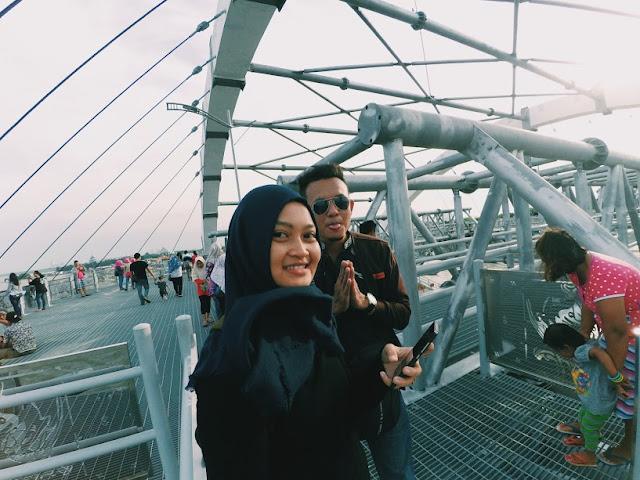 berfoto di atas jembatang kenjeran
