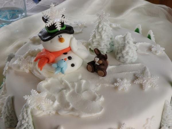 Motivtorte Winter, Winterliche Motivtorte, Torte mit Schneemann und Hase