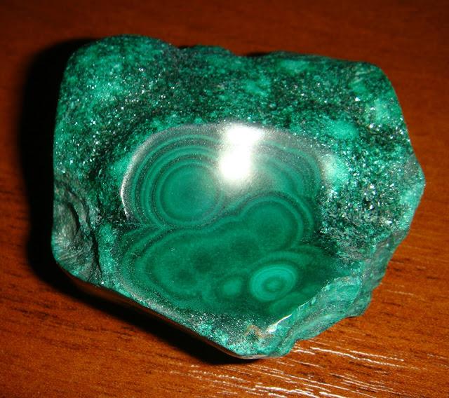Малахит, он же павлиний камень.