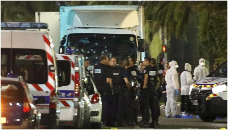 Polisi dan petugas medis berkumpul di dekat truk penabrak orang di Nice