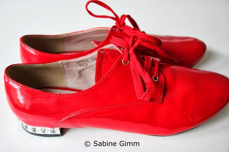 9a70395cff48a3 Rote Lackschuhe mit Bling Bling. Wolltet ihr als Mädchen unbedingt rote  Lackschuhe haben