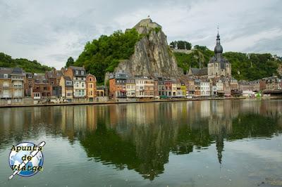 Dinant, Valonia, con reflejos en el agua