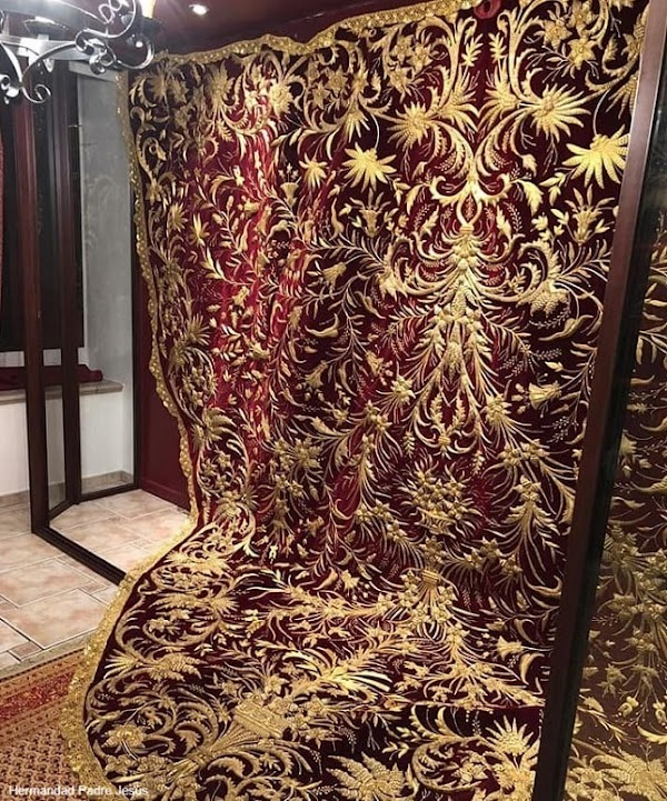 Charo Bernardino culmina la restauración de un manto del siglo XIX