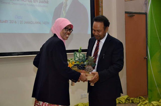 Penghargaan kepada Tan Sri Dato' Dr Rozali Ismail daripada pengarah PSIS