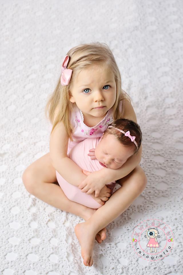 Siostry w różowych sukienkach