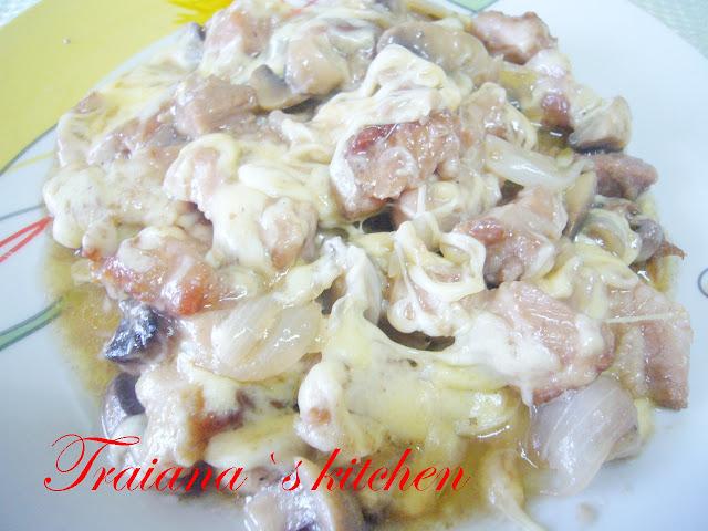 Свински хапки с гъби лук и кашкавал