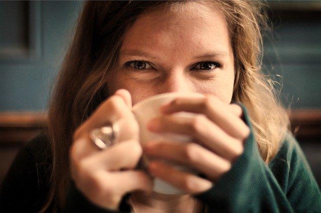mulher grávida tomando chá