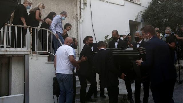 «Αθάνατος» φώναζε ο κόσμος αποχαιρετώντας τον Μίκη Θεοδωράκη έξω από το σπίτι του (βίντεο)