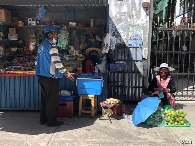 Los bolivianos buscan ganarse la vida de diferentes formas en medio de la pandemia del coronavirus / VOA