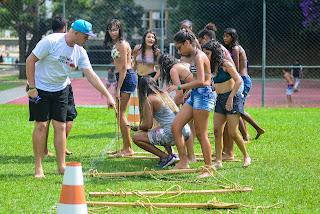 Colônia de Férias do SESC - recreação no gramado com as crianças e jovens