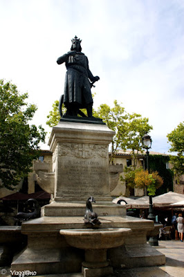 La Piazza Saint Louis di Aigues Mortes con la statua del Re