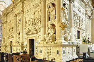 Scorcio del lato nord della Santa Casa di Loreto e del rivestimento marmoreo del Sansovino