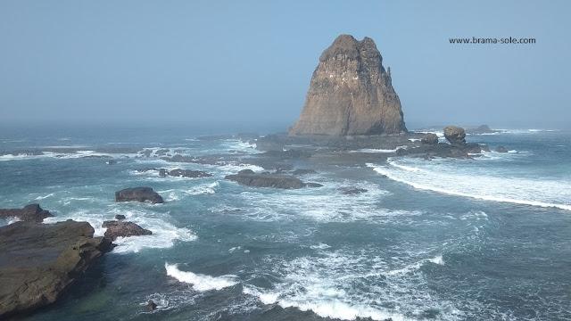 melewati pantai-pantai lain yang juga menawarkan keindahan, ada Pantai Payangan, Pantai Watu Ulo yang masih satu garis, dan Teluk Love.