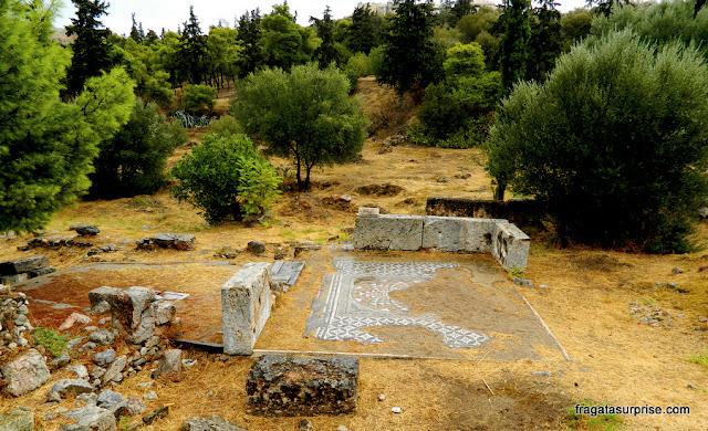 Restos de um templo nas encostas da Acrópole