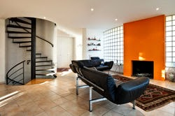 Sala color negro y naranja