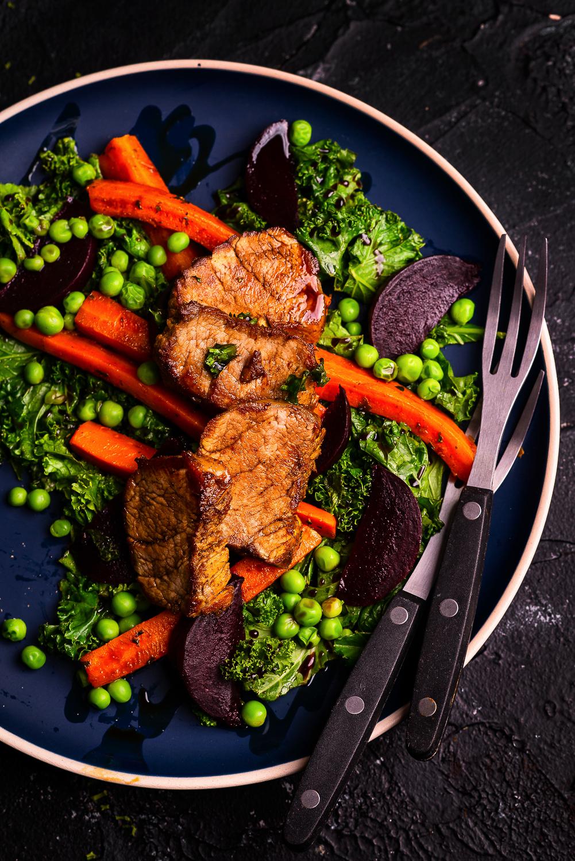 Sałata z jarmużem, burakiem, marchewką, zielonym groszkiem i polędwicą wieprzową