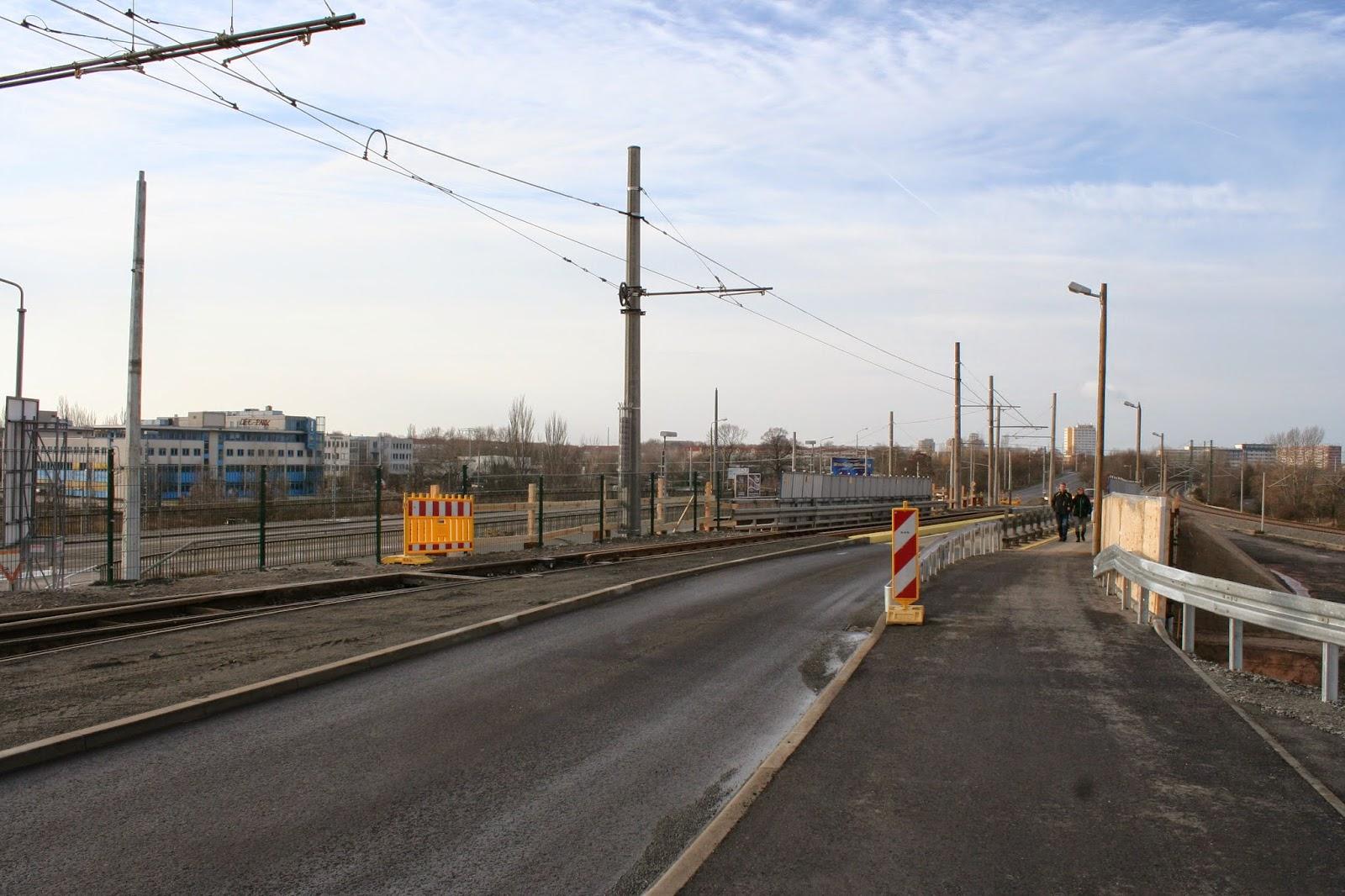 Antonienbrücke 21.12.2014 - auf dem neu aufgeschütteten Erdwall - Fahrbahn für PKW und Fußgänger sowie Radfahrer wurden geschaffen