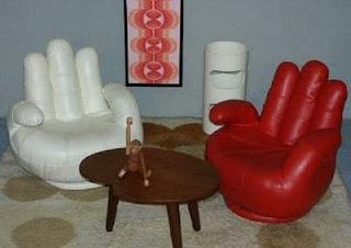 diseño de silla con forma de manos gigantes