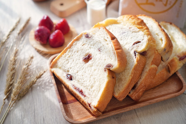 台南永康區美食【傳承烘焙坊】餐點介紹-草莓生吐司