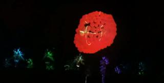 Unzählige leuchtende Luftballons bei einem Festival.