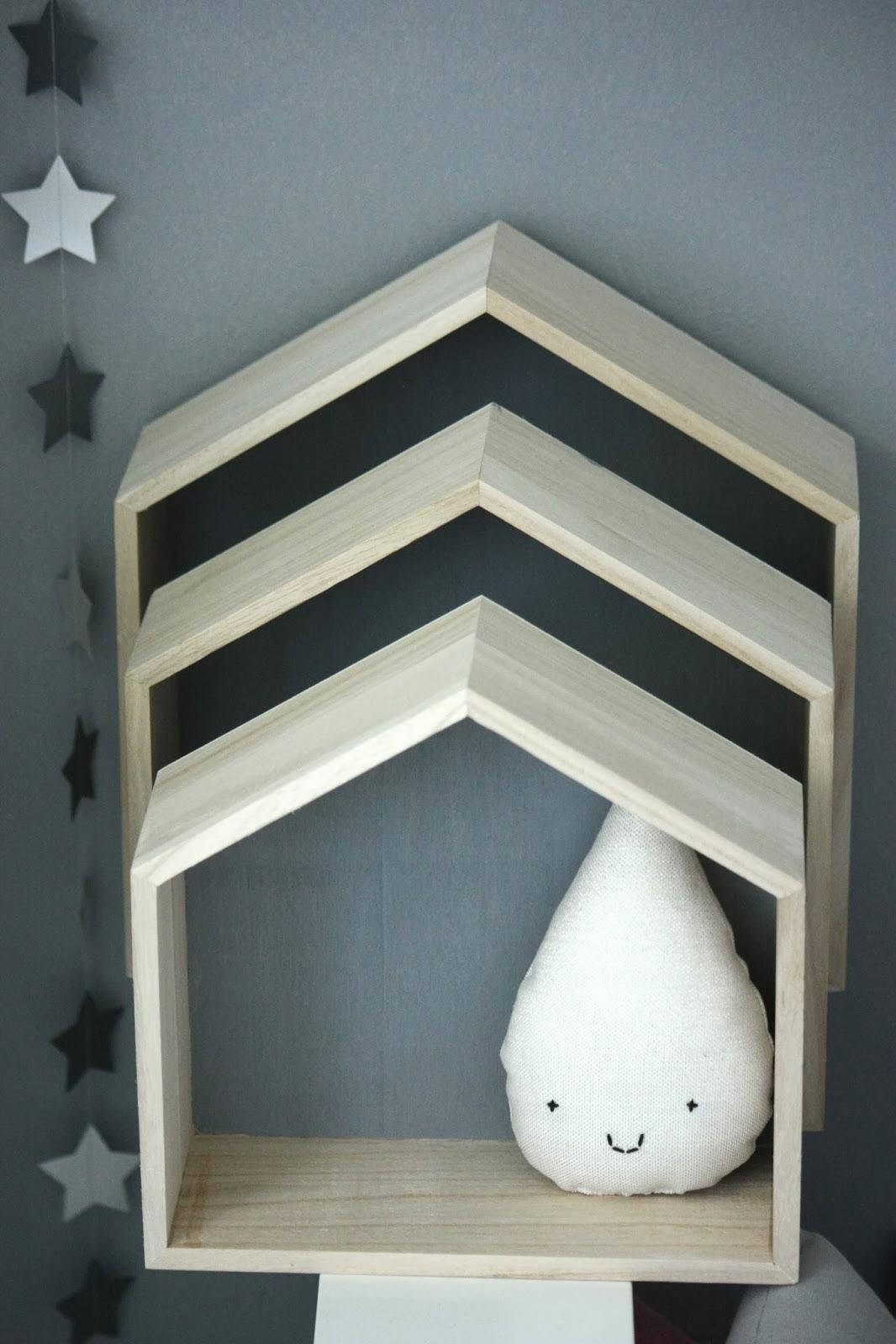 un nouveau regard des petites tag res en forme de maison chez ma caisse jouets. Black Bedroom Furniture Sets. Home Design Ideas