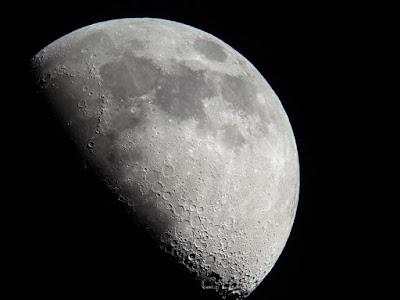 bulan dulu penuh dengan air